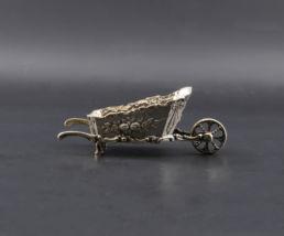 Brouette en argent massif pour maison de poupée, XIXe siècle.