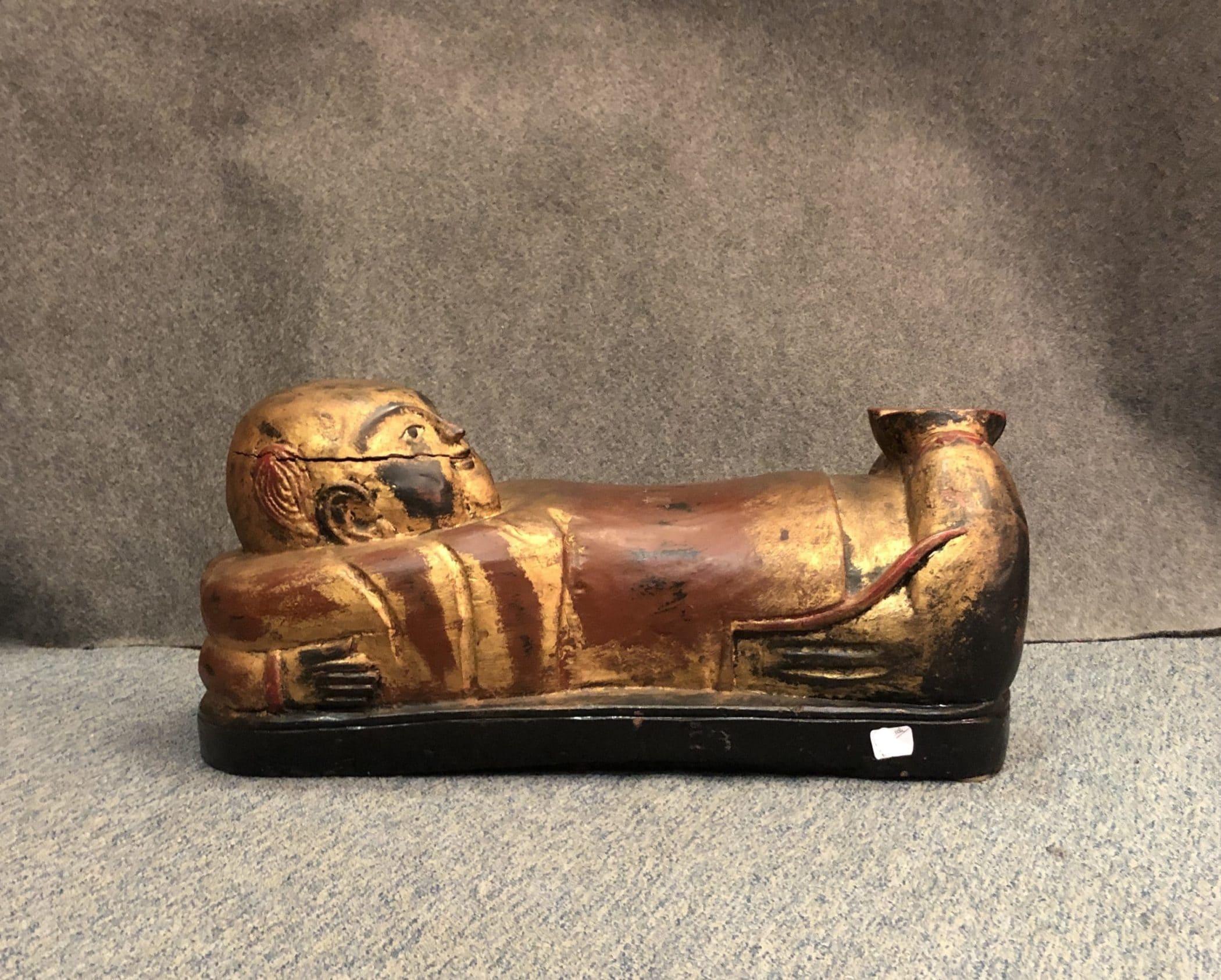 Coussin chinois en bois doré et peint. Fin XIXe siècle.