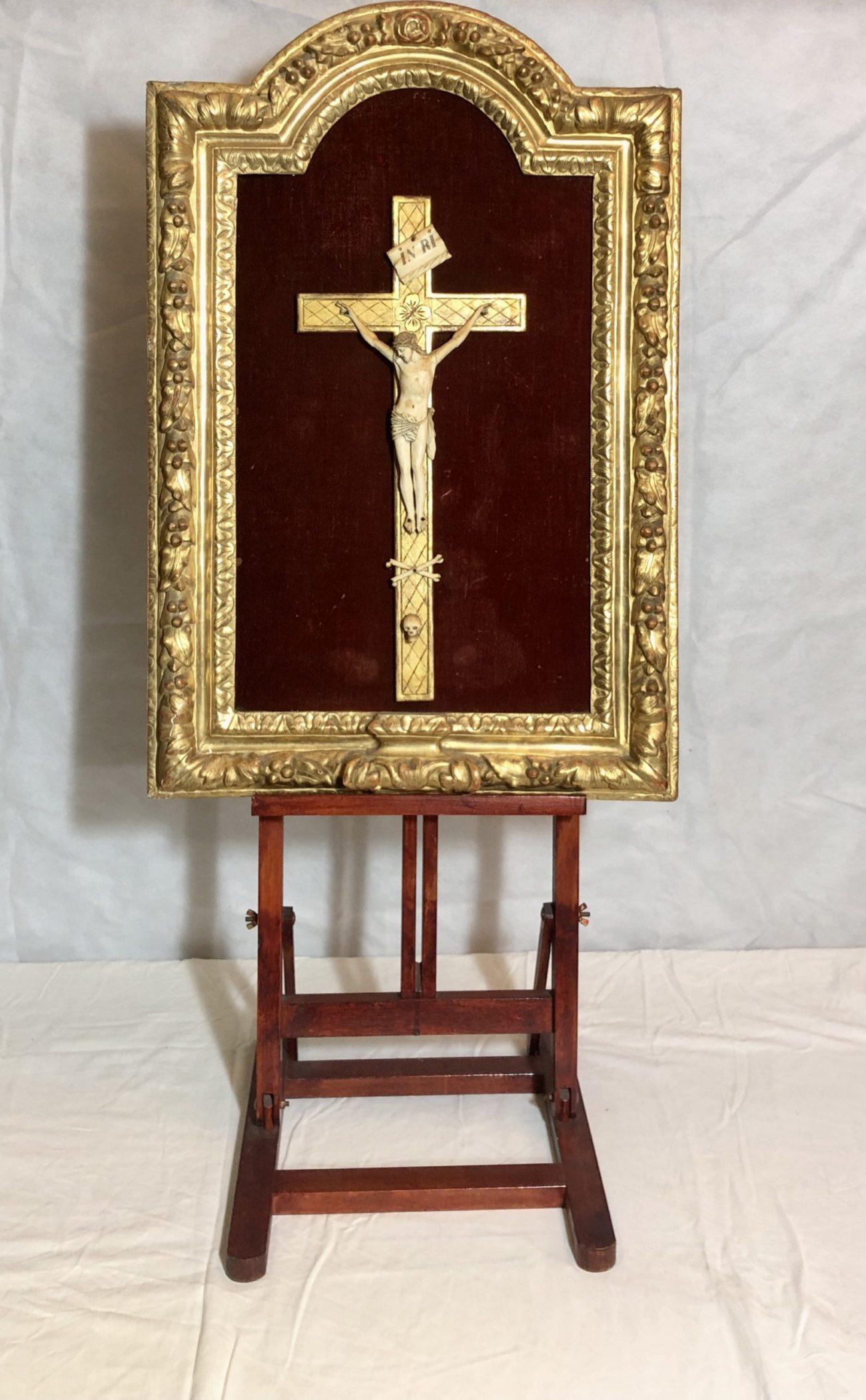 Crucifixion en ivoire d'époque XVIIe siècle.