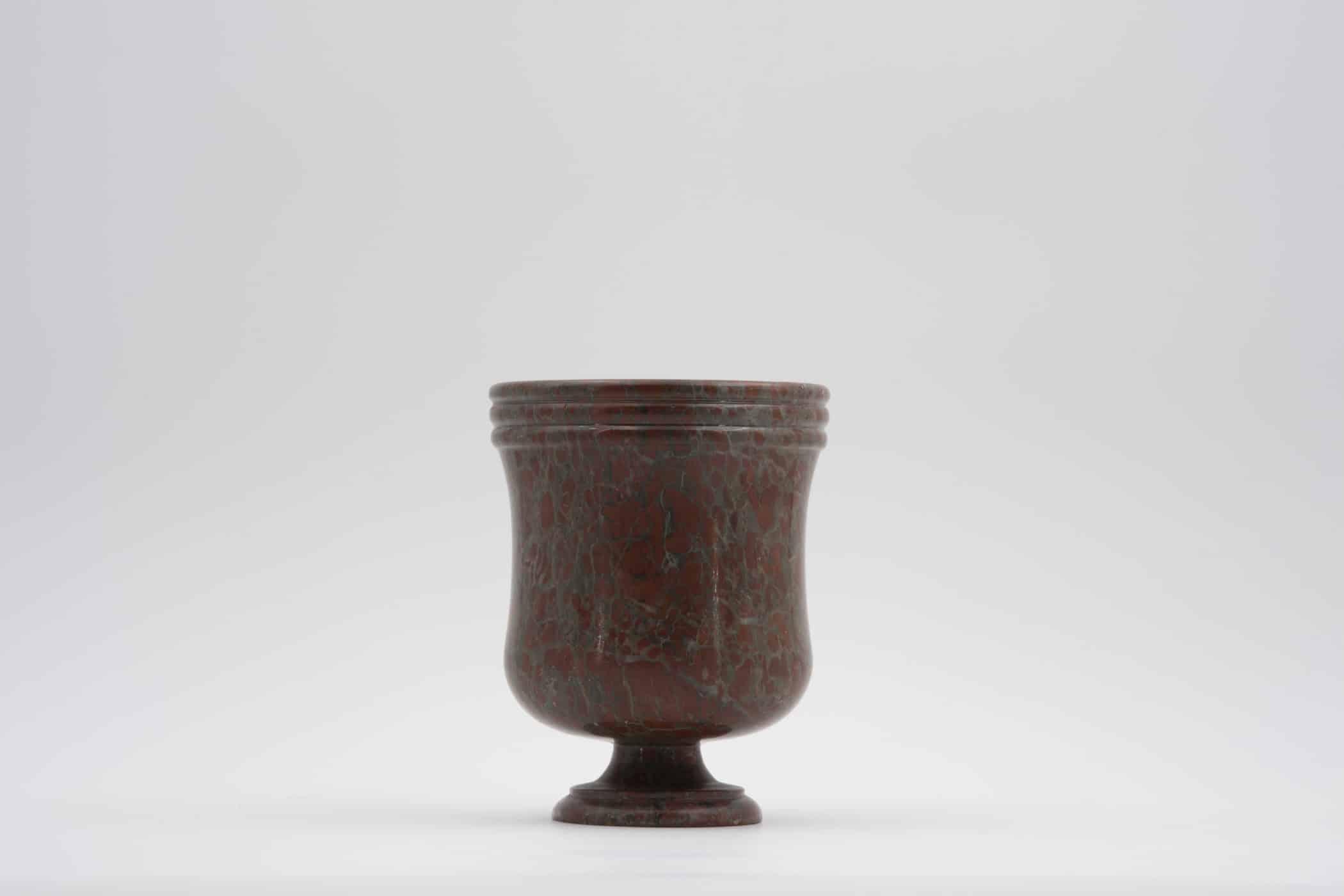 Vase en marbre rouge. XIXe siècle.