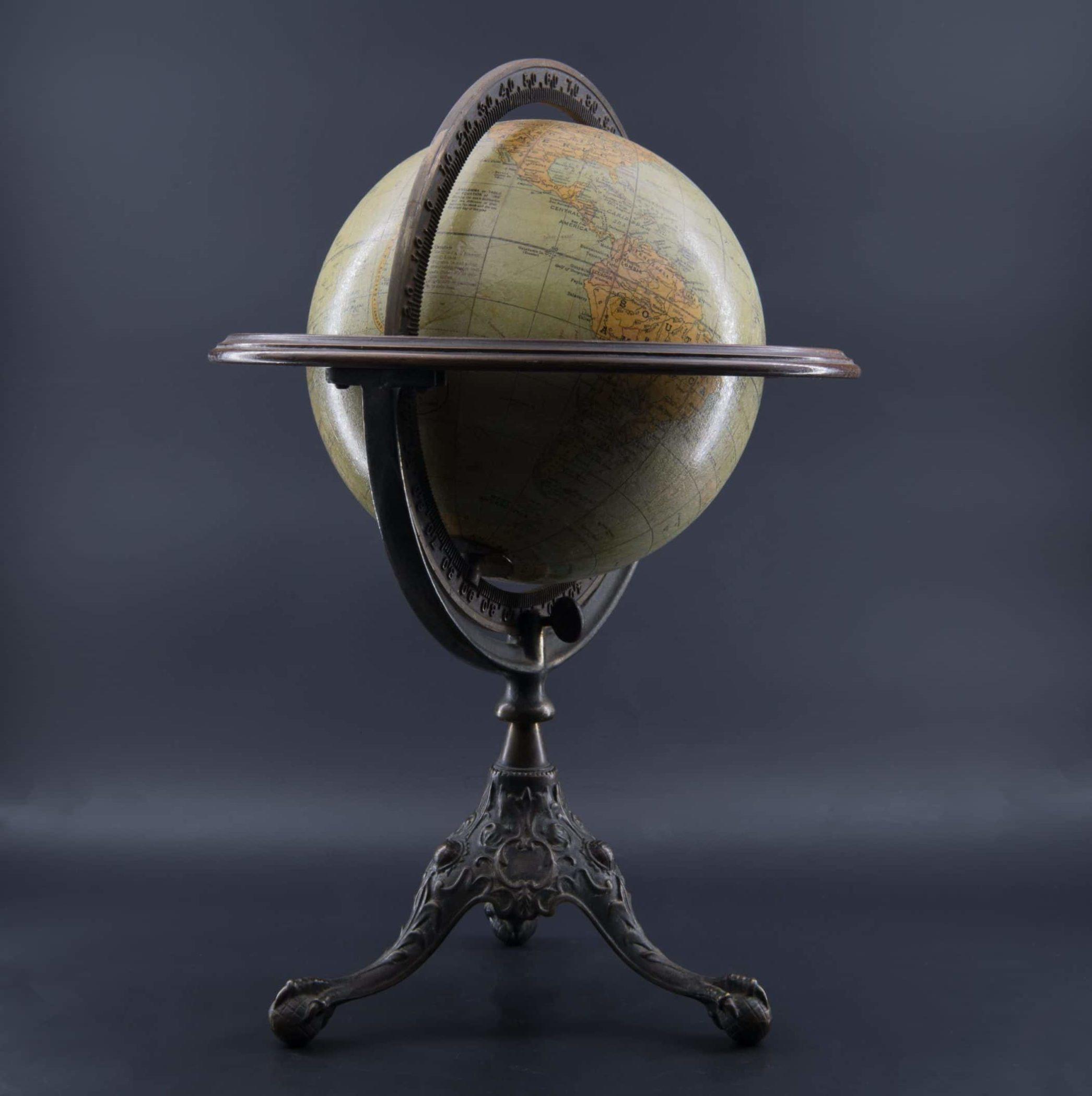 Globe terrestre de bureau Rand McNally en parfait état.