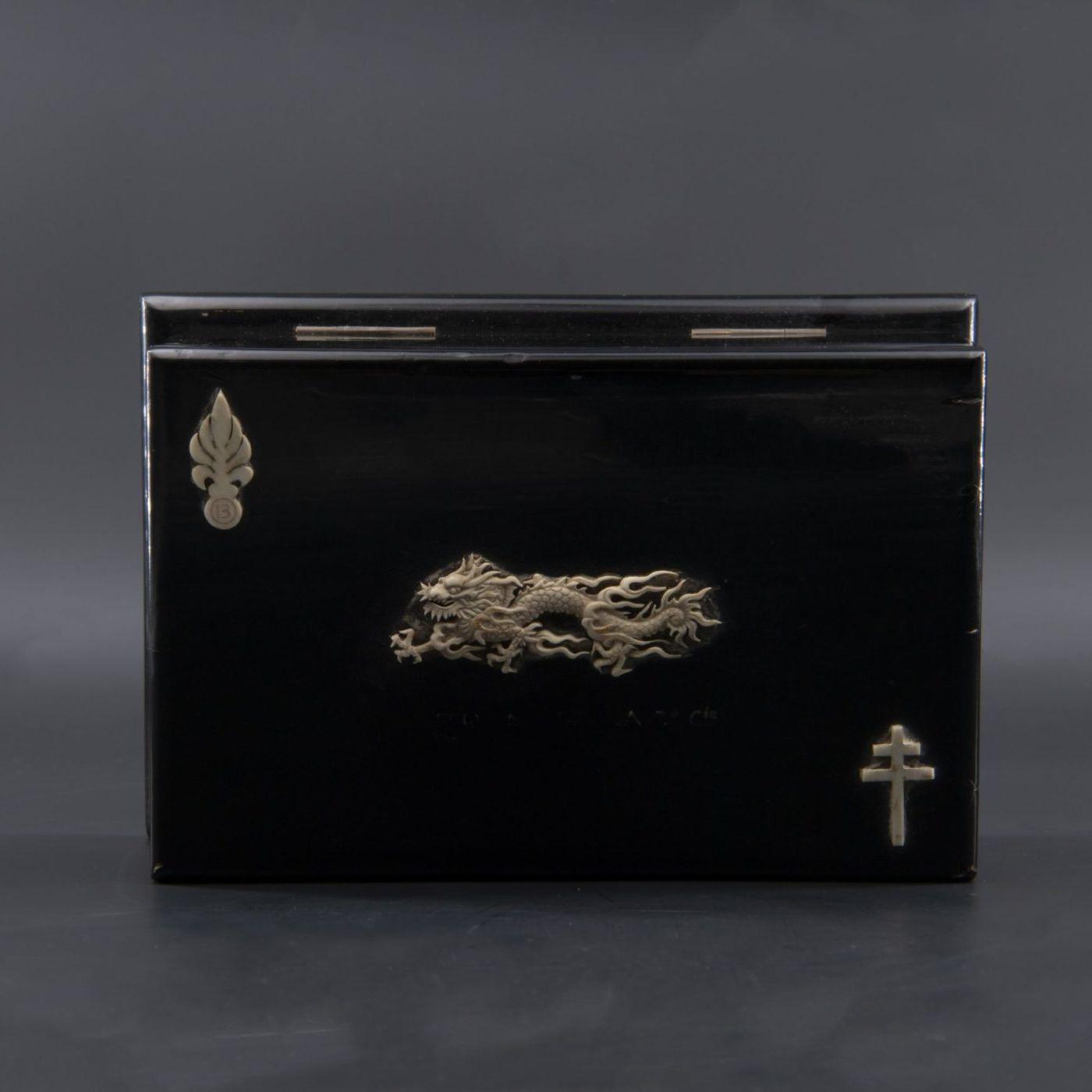 Boîte à cigarettes. Militaria, souvenir militaire d'un régiment de dragons.