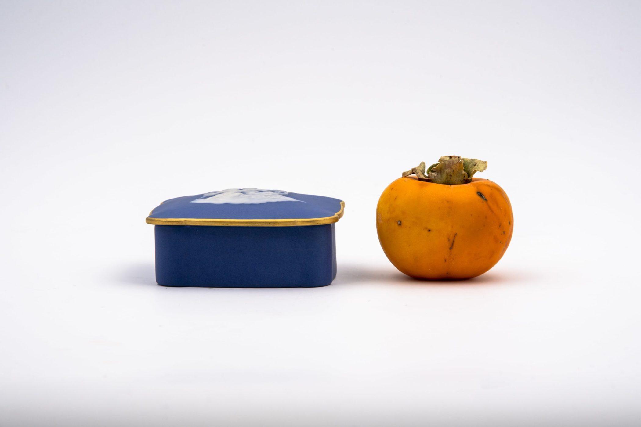 Petite boîte en porcelaine façon Wedgewood. Maison Tharaud, Limoges.