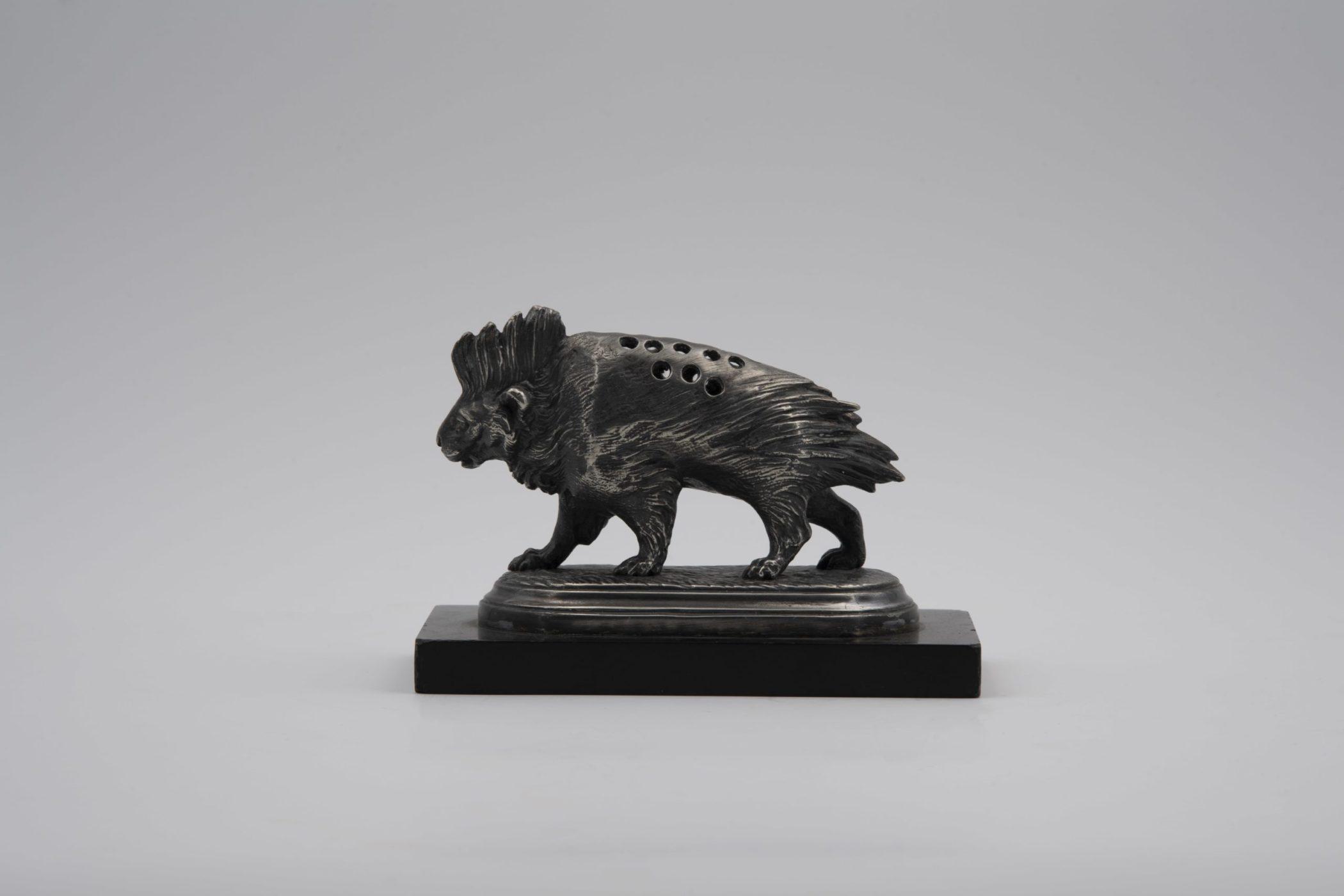 Porte cure-dents en bronze à forme de porc-épic, XIXe siècle. Parfait état.