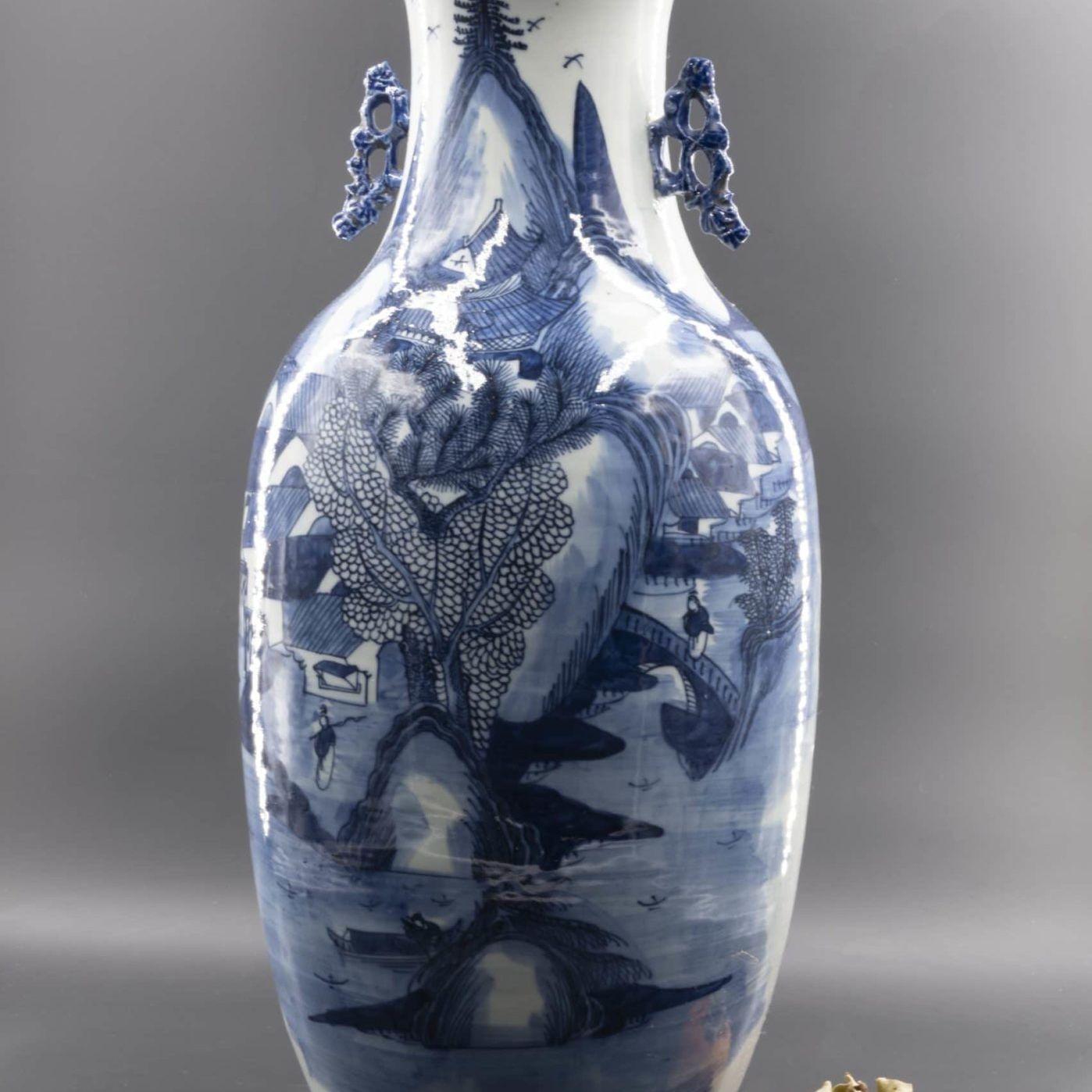 Vase chinois shanshui bleu et blanc, XIXe siècle.