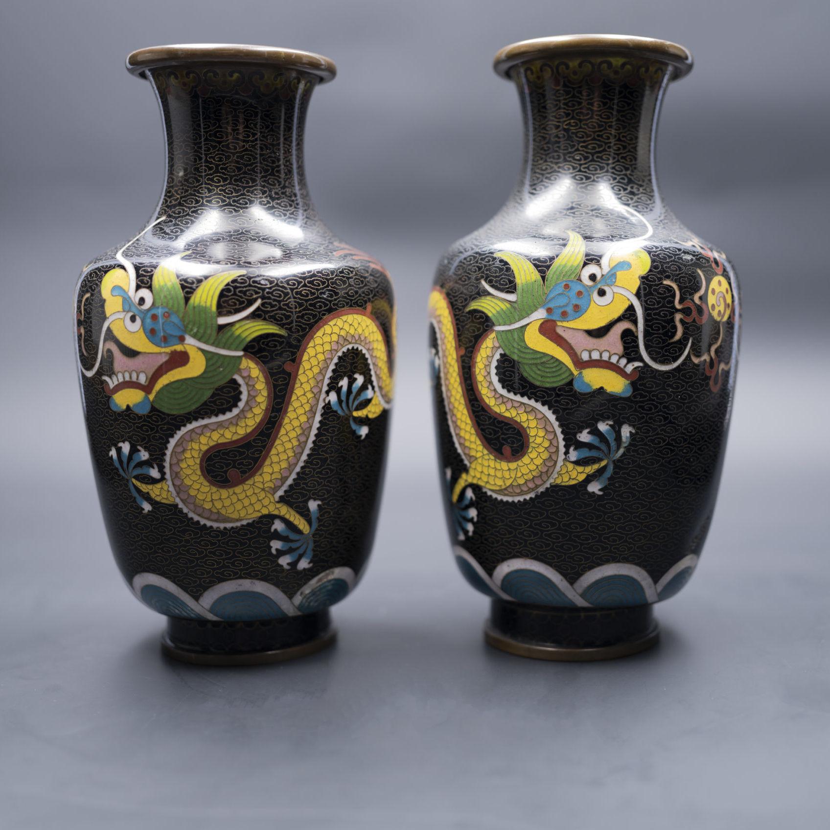 Vases en métal cloisonné. Chine, XIXe siècle.