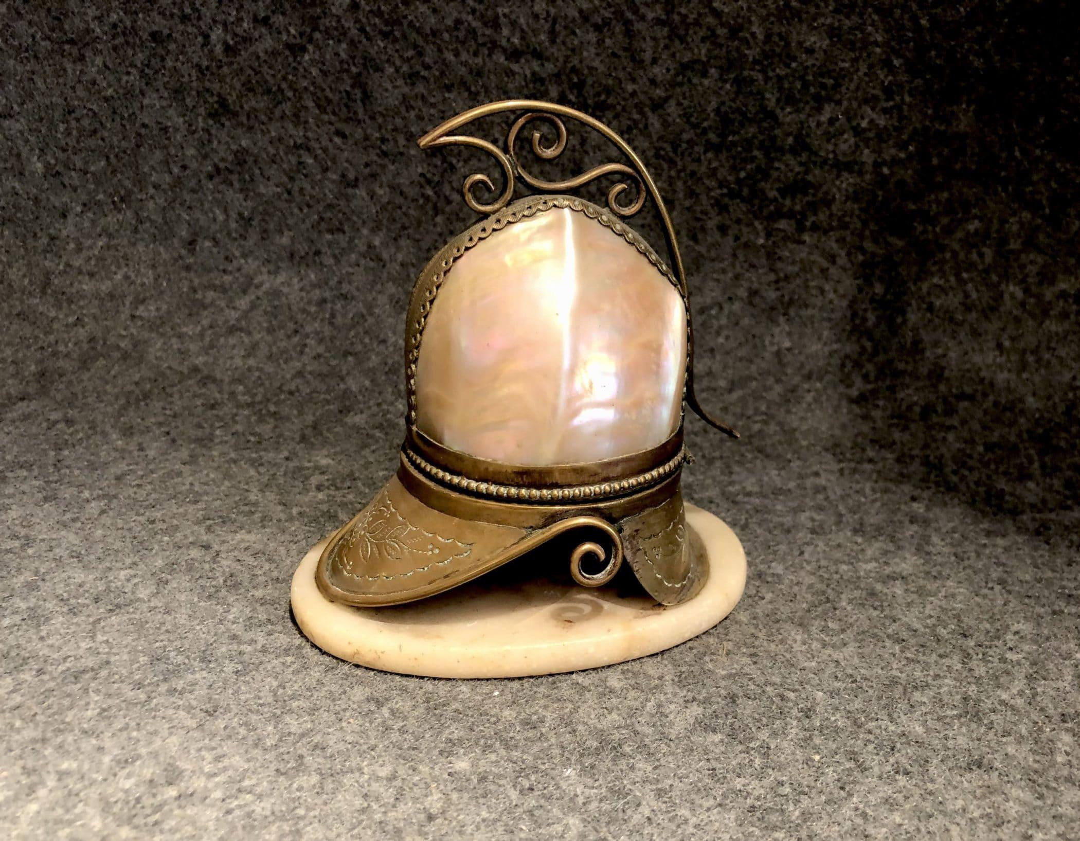 Boîte en coquillage et bronze, XIXe siècle.