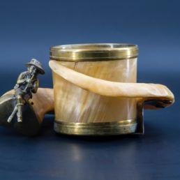 Vide-poche en corne et bronze. Allemagne, XIXe siècle.