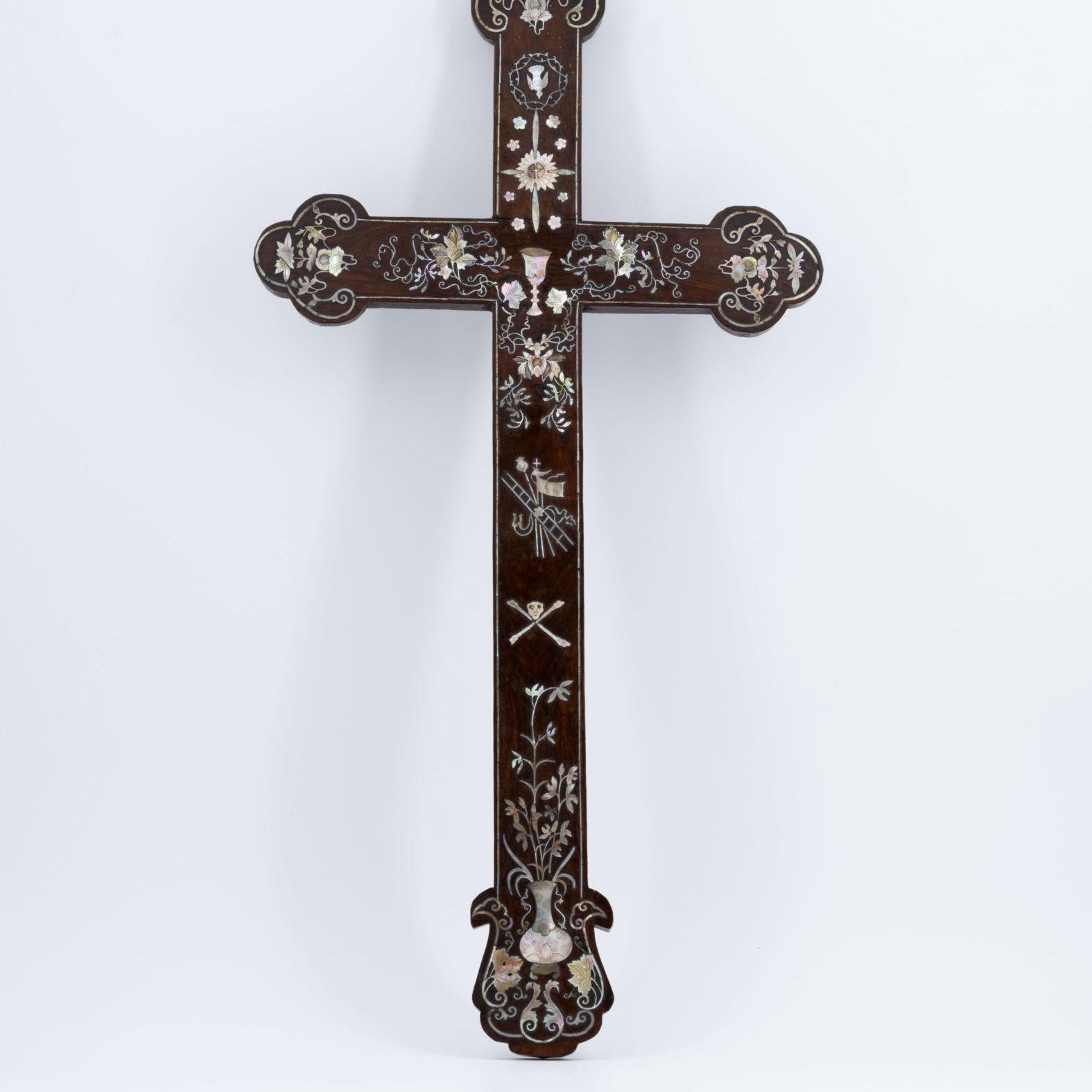 Croix indochinoise en bois et nacre, XIXe siècle.