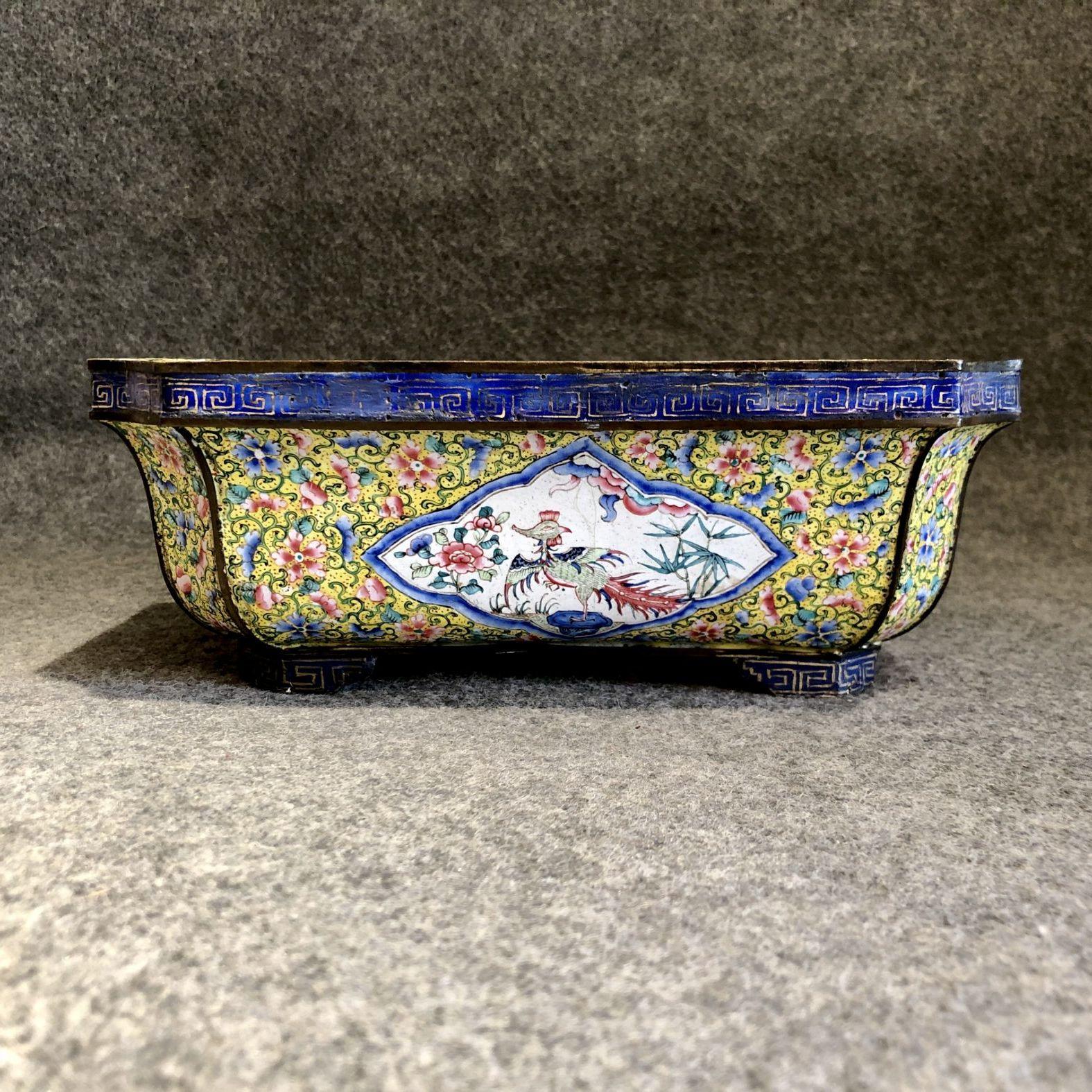 Jardinière Qianlong en émaux de Canton. Chine, XVIIIe siècle