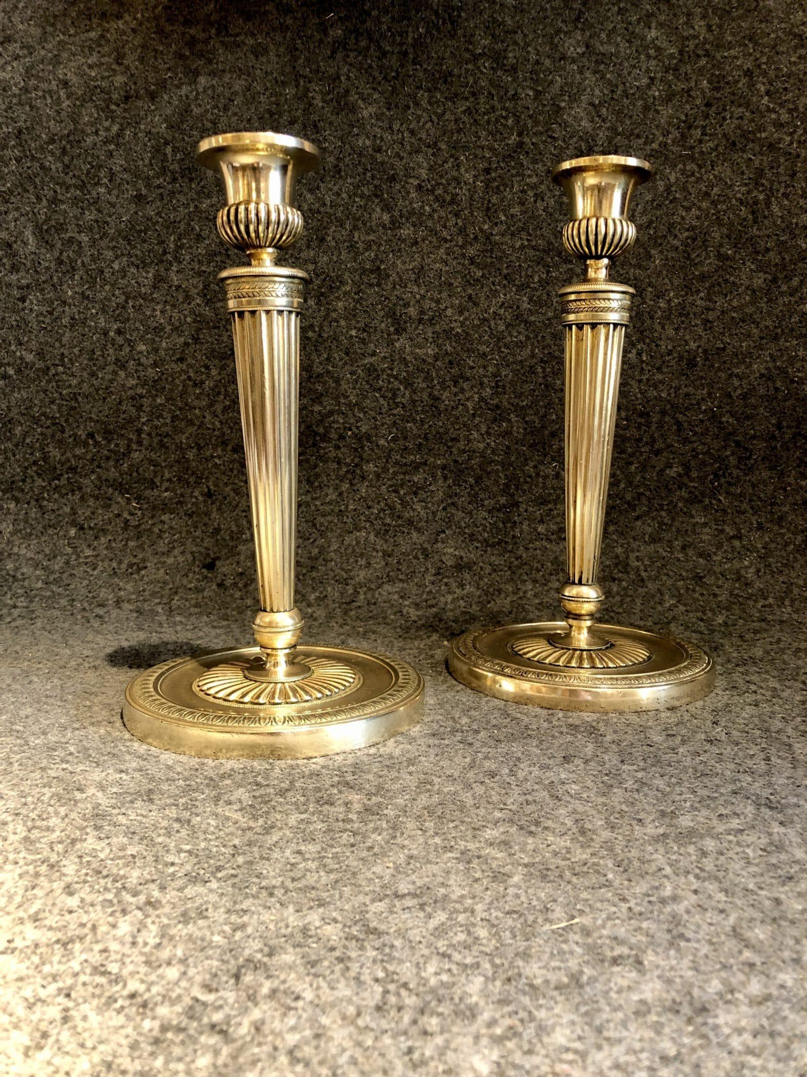 Paire de bougeoirs. Bronze doré, XVIIIe siècle.
