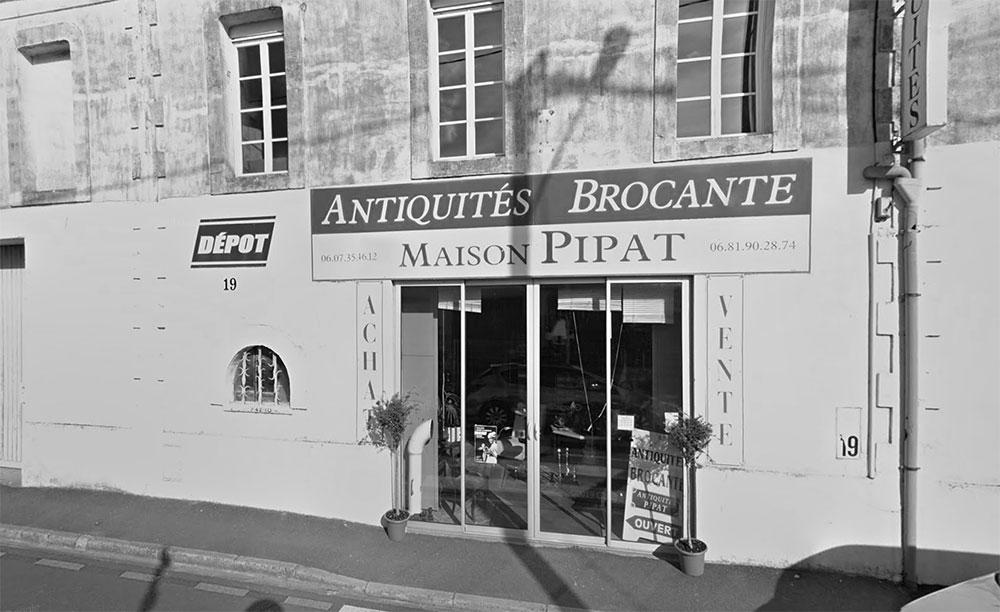 Siège historique de notre entreprise familiale, cette boutique est à la fois le cœur et les coulisses de notre activité. Sur plus de 500 mètres carrés répartis sur deux niveaux