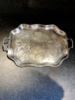 Plateau anglais en métal argenté, XXe siècle.