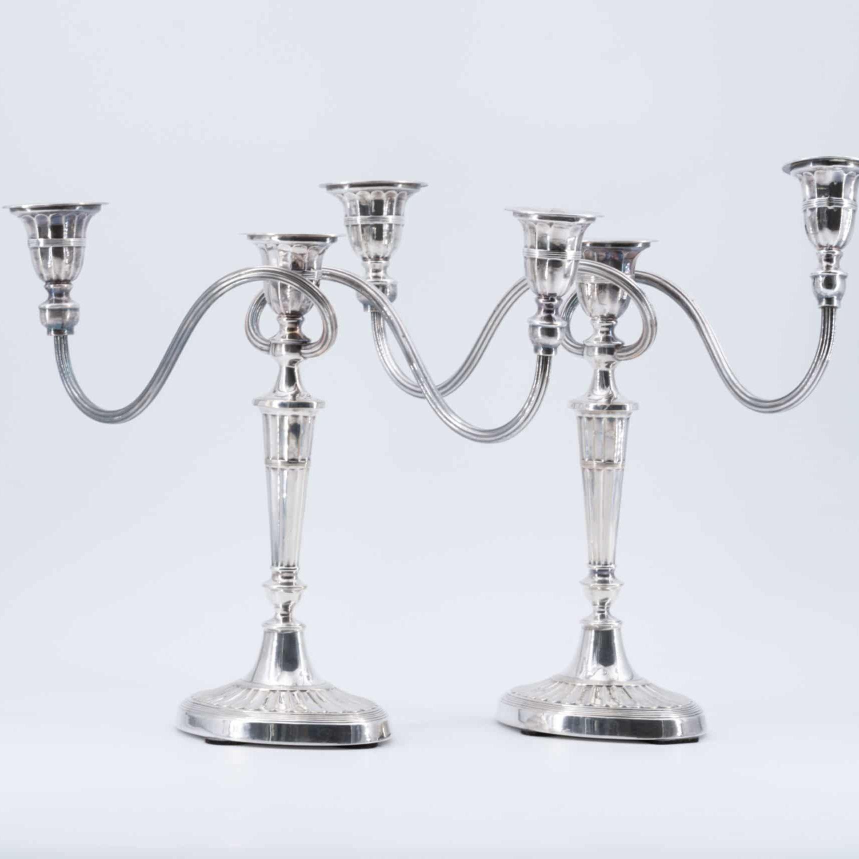 Paire de chandeliers Empire en cuivre argenté, XIXe siècle.