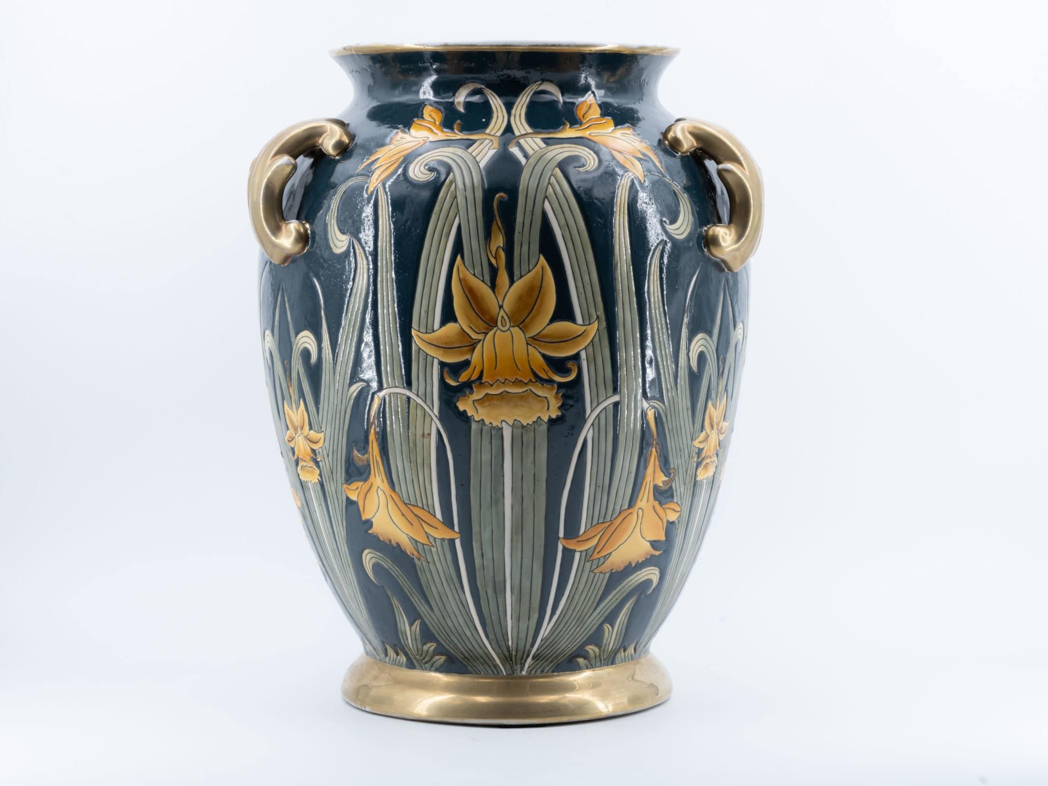 Vase en céramique à décor de jonquilles, XXe siècle.