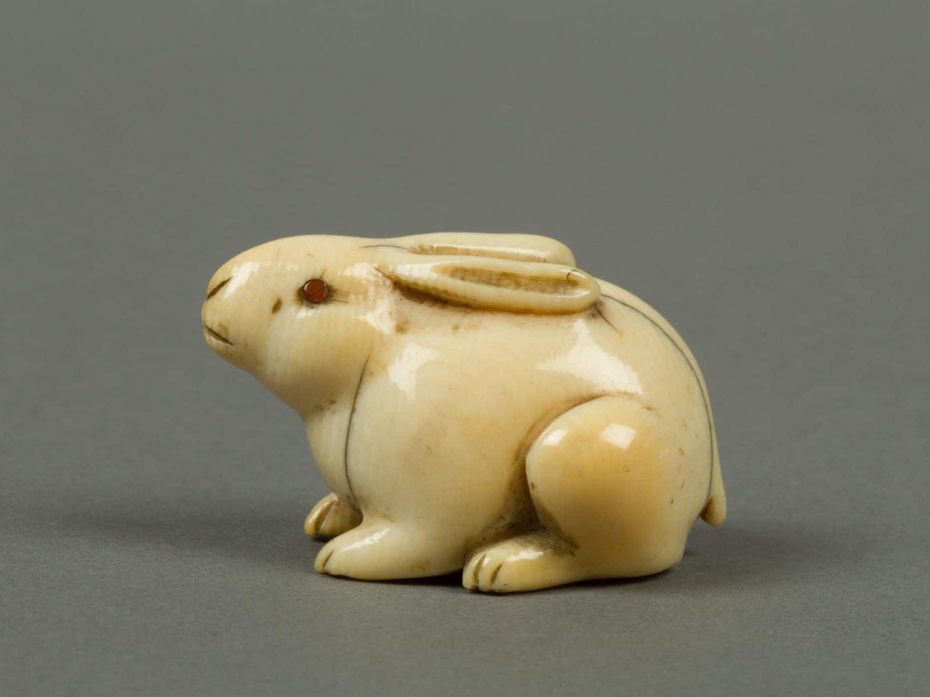 Netsuke en ivoire représentant un lapin dont les yeux sont en laque rouge. Japon, XIXe siècle. Période Edo (1615–1868) ou Meiji (1868–1912) © MET Museum