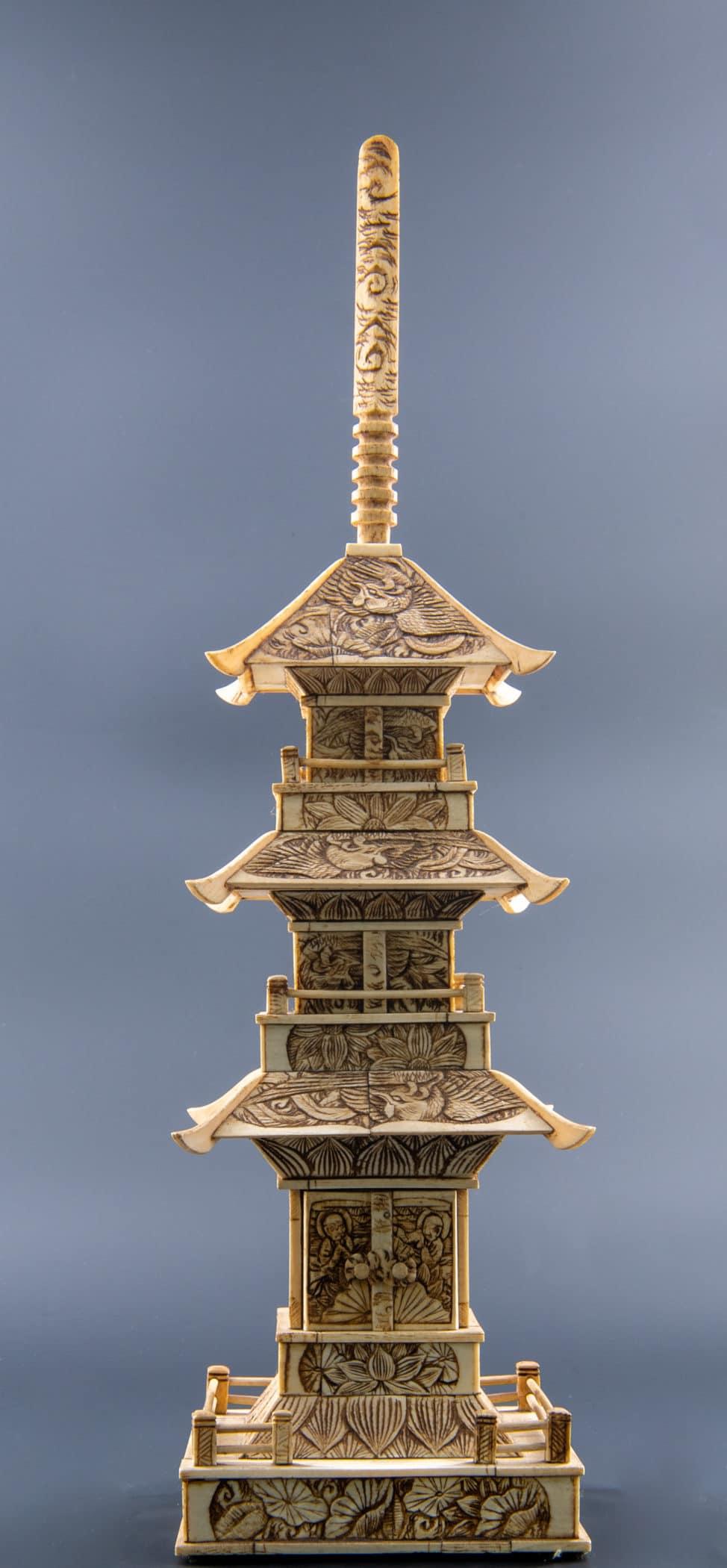 Pagode bouddhiste en os sculpté, Japon, circa 1930