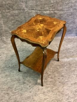 Table d'appoint style Louis XV, XIXe siècle