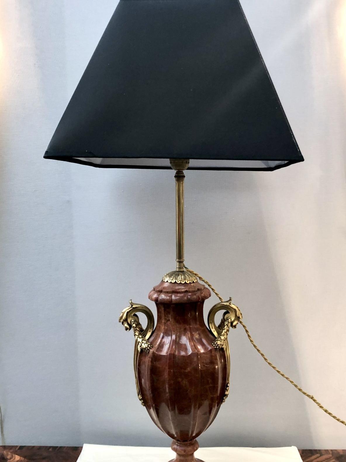 Vase en marbre monté en lampe. Monture bronze doré signée Susse Frères, fin XIXe siècle