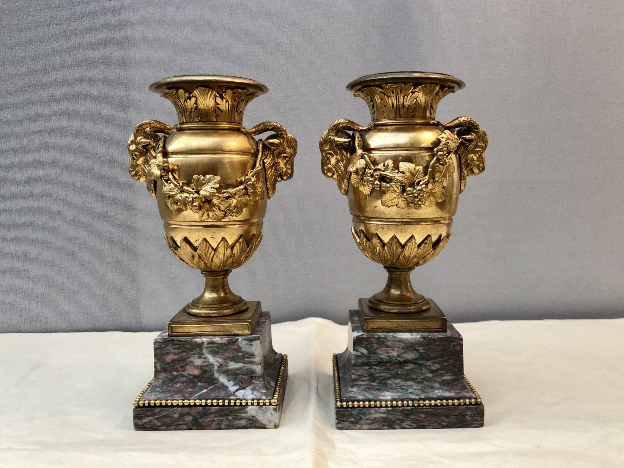 Paire d'urnes en bronze doré style Louis XVI, XIXe siècle