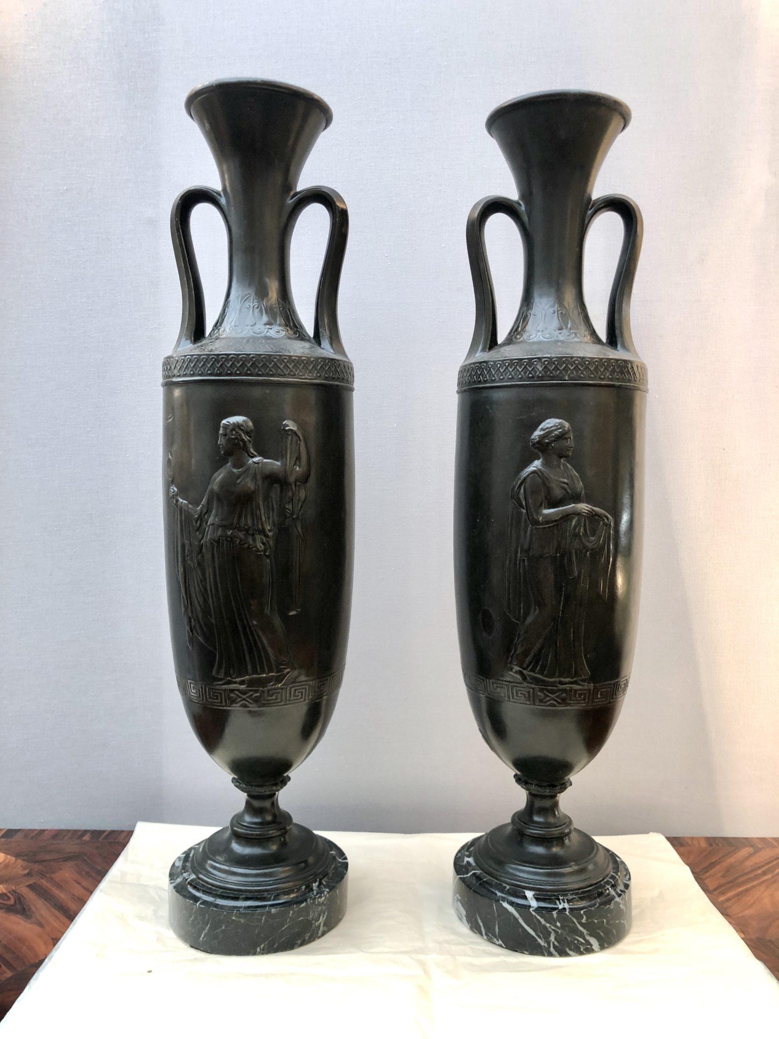 Paire de vases néoclassiques en bronze. France, XIXe siècle